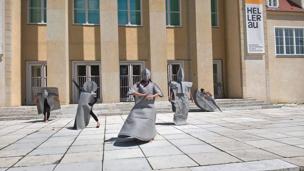 tristan stellt ausdrucksvollen Tanz vor dem Europäischen Zentrum für Künste in Hellerau vor